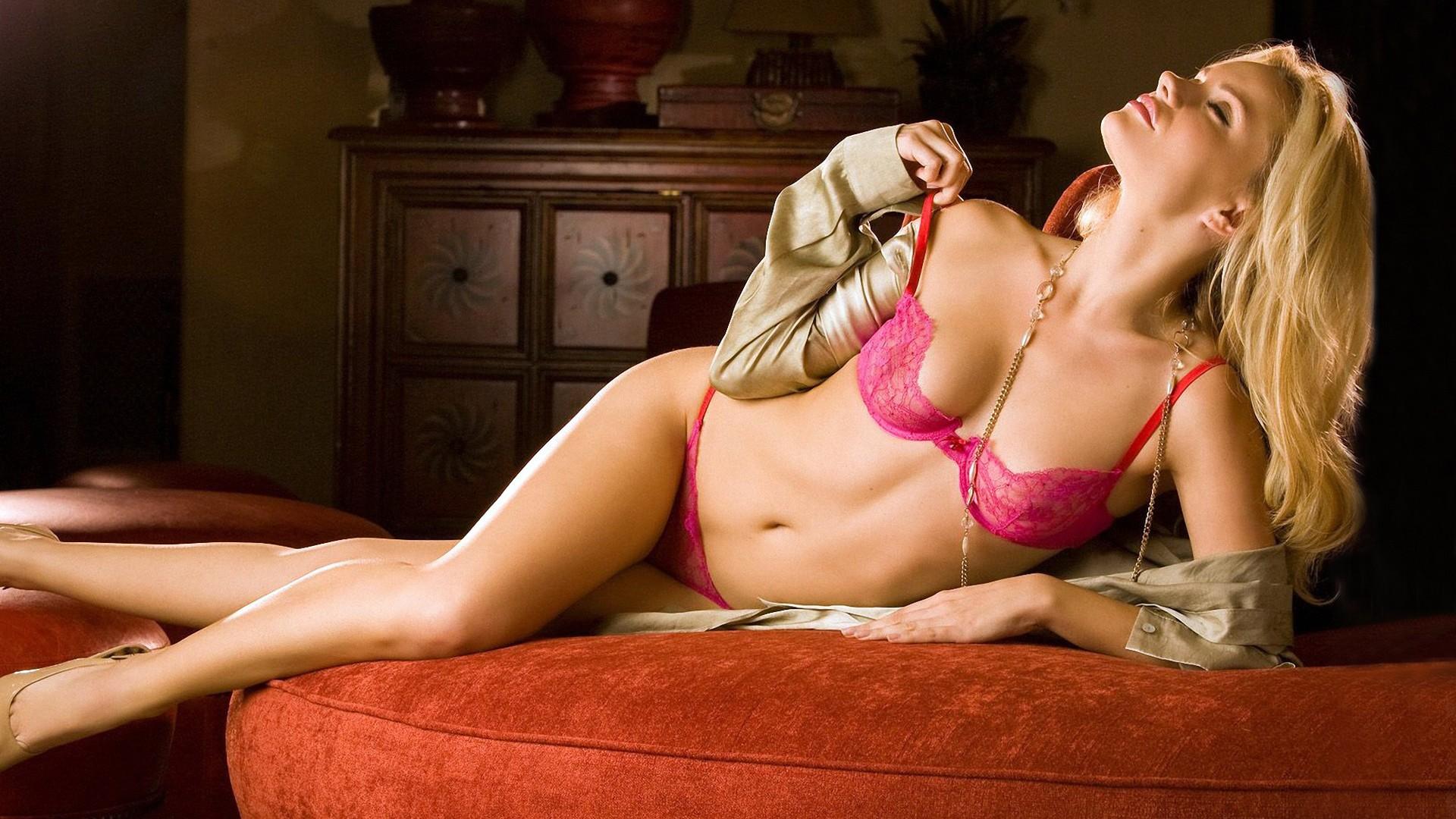 Блондинка В Розовом Эротическое Фото