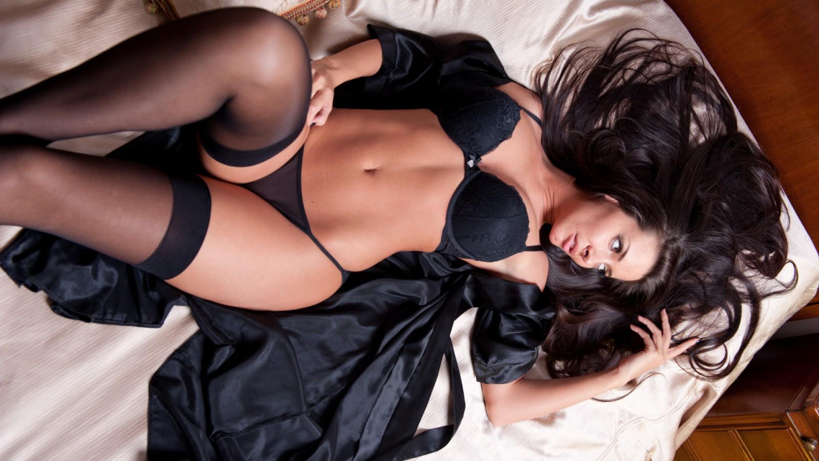 Bella Bellz показывает большую татуированную задницу
