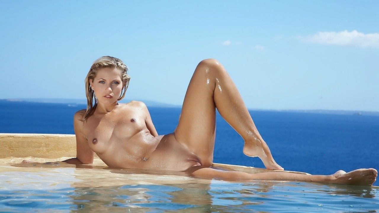 Голые сиськи в океане, девки снимают колготки с фото