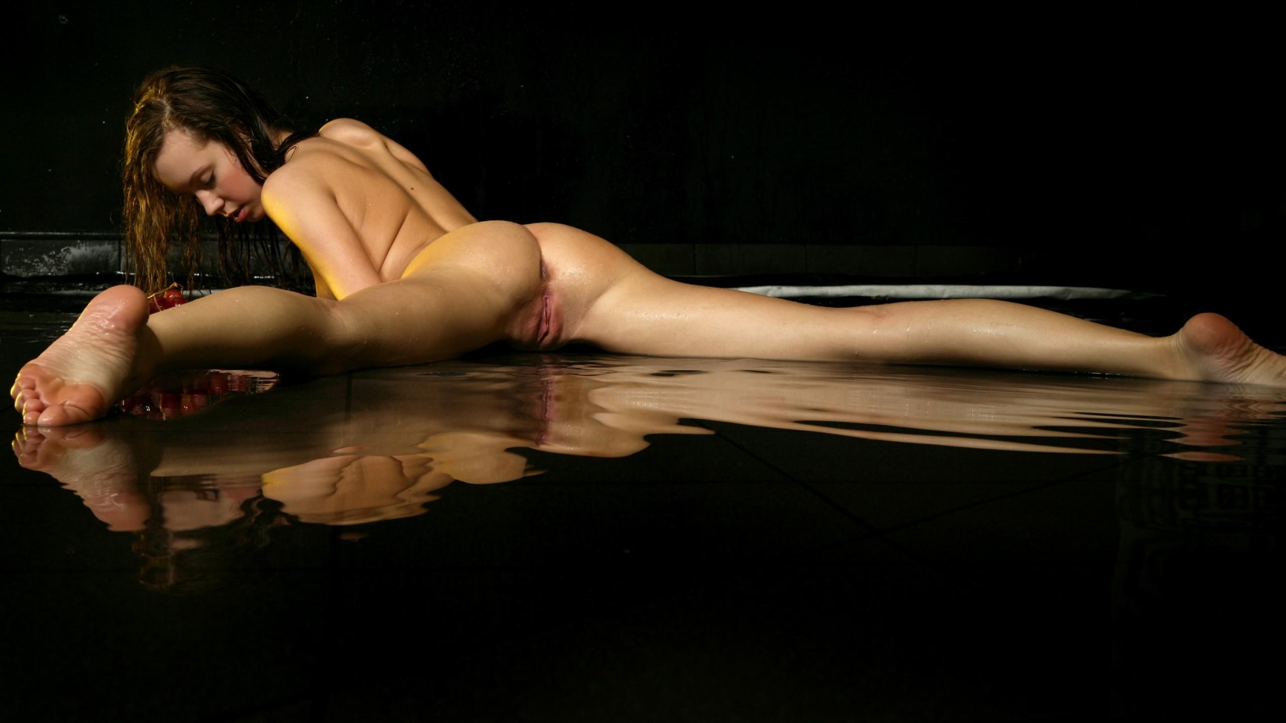 скачать эротические фото на рабочий стол девушка играет с пиздой