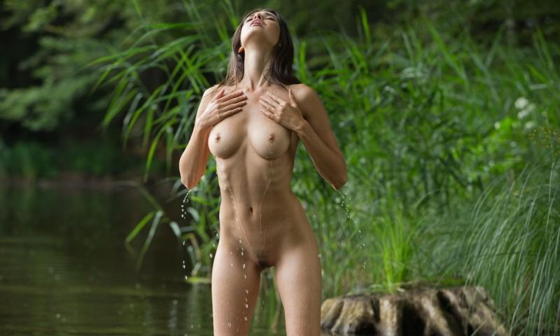 милое создание голенькое в трусиках речке фото